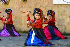 Interprète féminin de danse coréenne traditionnelle Image stock