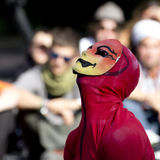 Interprète masqué de rue Image stock