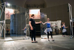 Interprètes à 6ème Moscou Biennale d'art contemporain Photographie stock libre de droits
