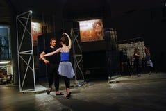 Interprètes à 6ème Moscou Biennale d'art contemporain Image stock