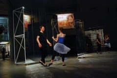 Interprètes à 6ème Moscou Biennale d'art contemporain Photo stock
