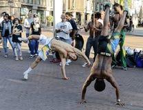 Interprètes de rue danseurs de capoeira exécutant sur la rue images stock
