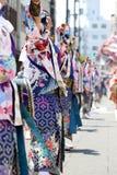 Interprètes japonais dansant dans le festival célèbre de Yosakoi image libre de droits