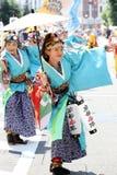 Interprètes japonais dansant dans le festival célèbre de Yosakoi photo libre de droits