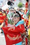 Interprètes japonais dansant dans le festival célèbre de Yosakoi images libres de droits