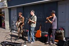 Interprètes jouant de la musique sur les rues de Galway, Irlande image stock