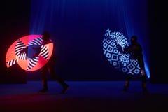 Interprétation d'exposition de laser, danseurs dans les costumes menés avec la lampe de LED, interprétation très belle de boîte d images libres de droits