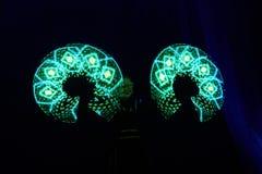 Interprétation d'exposition de laser, danseurs dans les costumes menés avec la lampe de LED, interprétation très belle de boîte d photos stock