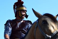 Interpretacja końskiej jazdy Romański żołnierz, społeczność świętuje wielkiego piątek z Katolickim tradycyjnym korowodem zdjęcia stock