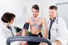 Interpretatie van het elektrocardiogram van jonge atleet Royalty-vrije Stock Afbeeldingen