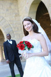 interracial bröllop för attraktiva par Royaltyfria Foton