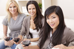 Interracial de los amigos de las mujeres del grupo que beben el vino Fotografía de archivo libre de regalías