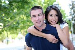 interracial förälskelse för attraktiva par Royaltyfria Bilder