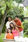 interracial familj arkivfoton