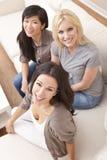 Interracial Groep de Mooie Vrienden van Vrouwen Stock Foto's