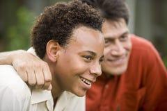 interracial son för fader Arkivbilder