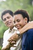 Interracial vader en zoon stock fotografie