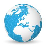 Interri il globo con la mappa di mondo bianca e mari ed oceani blu messi a fuoco su Europa Con i meridiani ed i paralleli bianchi Immagine Stock Libera da Diritti