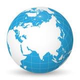 Interri il globo con la mappa di mondo bianca e mari ed oceani blu messi a fuoco sull'Asia Con i meridiani ed i paralleli bianchi Fotografie Stock