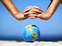 Interri il globo con lo cosegna. Immagine concettuale Fotografia Stock Libera da Diritti
