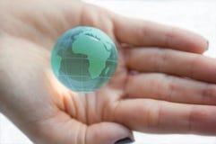 Interri il globo (vista dell'Africa) in mani femminili. fotografia stock