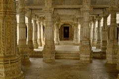 Interrior av den Jain templet på Ranakpur Arkivfoto