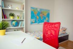 Interrior de chambre à coucher d'enfant avec les livres colorés Photos libres de droits