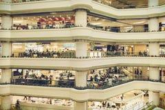 Interrior del centro commerciale con i depositi, corridoio moderno del centro commerciale del insiede Fotografie Stock