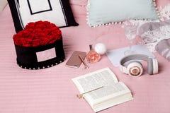 Interrior scandinave moderne léger de chambre à coucher avec le lit, oreillers, plaids, horloge, étagères, plantes vertes dans le photo stock