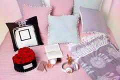 Interrior scandinavo moderno leggero della camera da letto con il letto, cuscini, plaid, orologio, scaffali, merci nel carrello d fotografia stock libera da diritti
