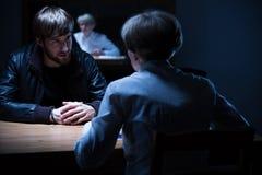 Interrogação em uma sala escura foto de stock royalty free