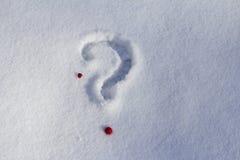 Interrogación el signo y el corazón en la nieve imágenes de archivo libres de regalías