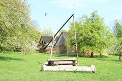 Interrupção de madeira na vila com casas suportadas fotos de stock royalty free