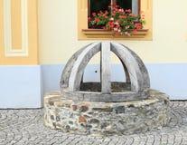 Interrupção de pedra com tampa de madeira fotografia de stock royalty free