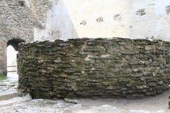 Interrupção no pátio do castelo Bezdez fotos de stock royalty free