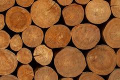A interrupção stucked a textura de madeira do fundo dos troncos fotos de stock
