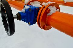 Interruption industrielle réglant la valve noire protectrice de garnitures de tuyau pour s'ouvrir, se fermant sur un tuyau orange image stock