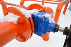 Interruption industrielle réglant la valve noire protectrice de garnitures de tuyau pour s'ouvrir, se fermant sur un tuyau orange images stock