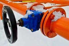 Interruption industrielle réglant la valve noire protectrice de garnitures de tuyau pour s'ouvrir, se fermant sur un tuyau orange images libres de droits