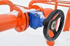 Interruption industrielle réglant la valve noire protectrice de garnitures de tuyau pour s'ouvrir, se fermant sur un tuyau orange photographie stock libre de droits