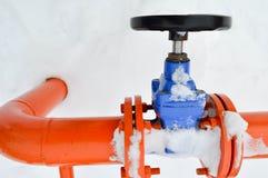 Interruption industrielle réglant la valve noire protectrice de garnitures de tuyau pour s'ouvrir, se fermant sur un tuyau orange photo stock