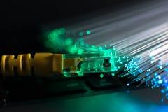 Interruptor amarelo do Internet, fibras ?ticas de incandesc?ncia no laptop imagens de stock