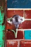 Interruptor bonde velho em uma parede de tijolo fotos de stock royalty free