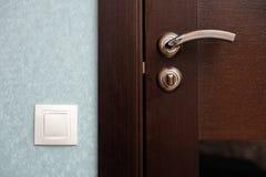 Interruptor da luz ao lado da porta foto de stock royalty free