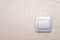 Interruptor da luz branco velho em Pinky Textured Wallpaper Background com espaço da cópia imagens de stock royalty free
