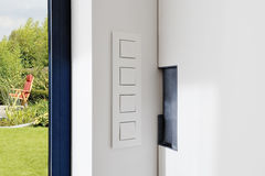 Interruptor da luz perto de uma porta deslizante em um apartamento moderno fotografia de stock