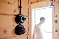 Interruptor da luz preto na casa de madeira fotos de stock