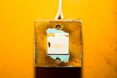 Interruptor da luz velho em uma parede pintada amarelo fotos de stock
