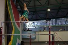 Interruptor da mão do balanço das barras paralelas da menina da ginasta Imagem de Stock Royalty Free
