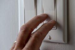 Interruptor da mão fora das luzes fotos de stock royalty free